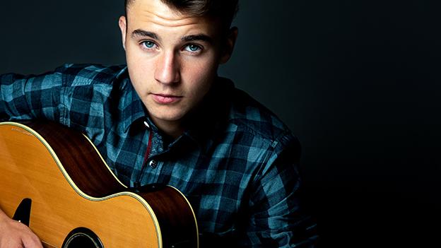 Chris Steger mit Gitarre