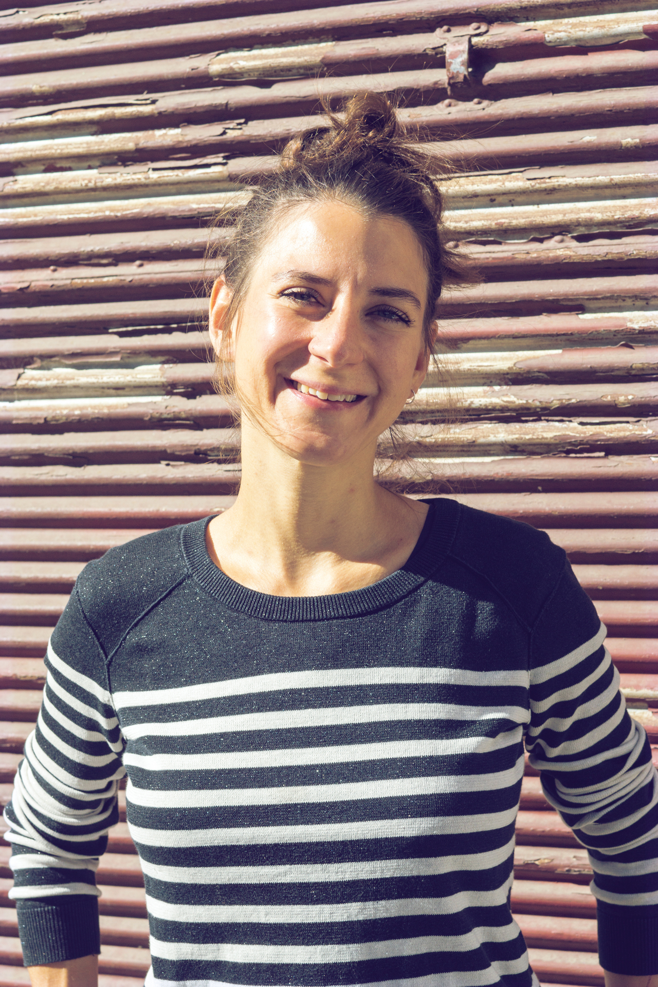 Die Buchhändlerin und Autorin Barbara Kadletz lächelt.