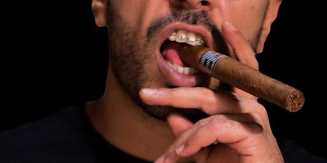 Rapper 100 Kila mit Zahnspange und Zigarre