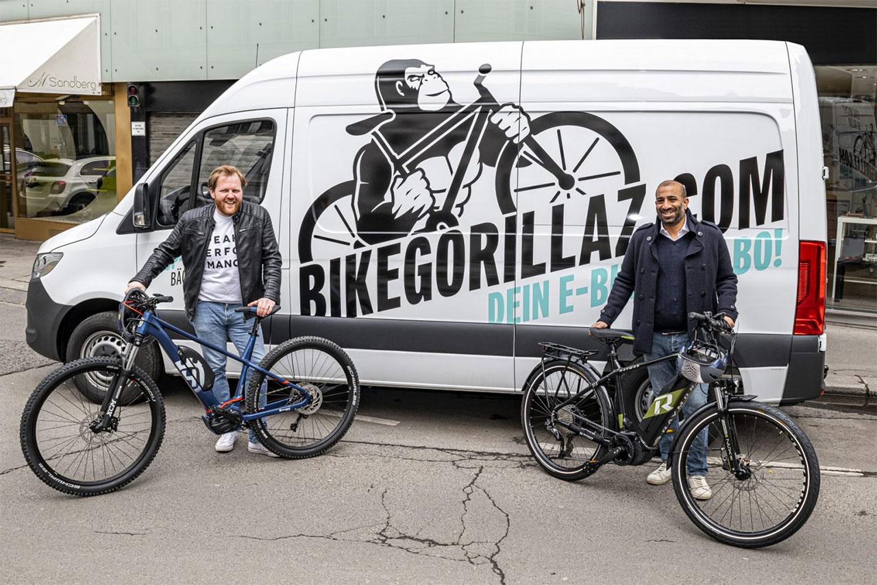 Nikolaus Mautner Markof und Arjun Ahluwalia von Bike Gorillaz mit E-Bikes vor einem weißen Lieferwagen