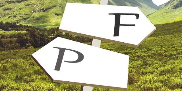 """Landschaft mit Wegweisern, einer zeigt nach """"P"""", der andere nach """"F"""""""