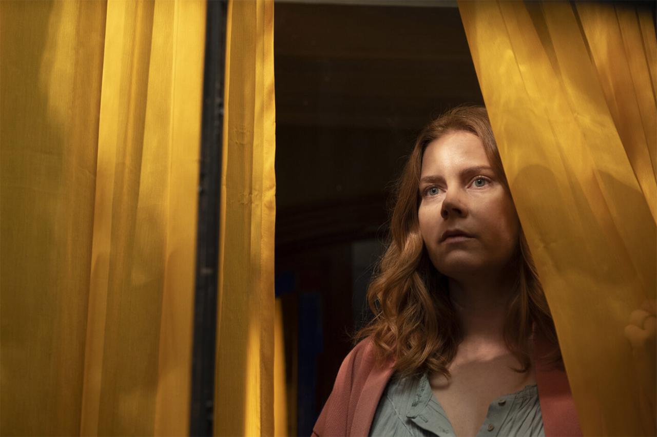 Eine Frau schaut aus einem Fenster