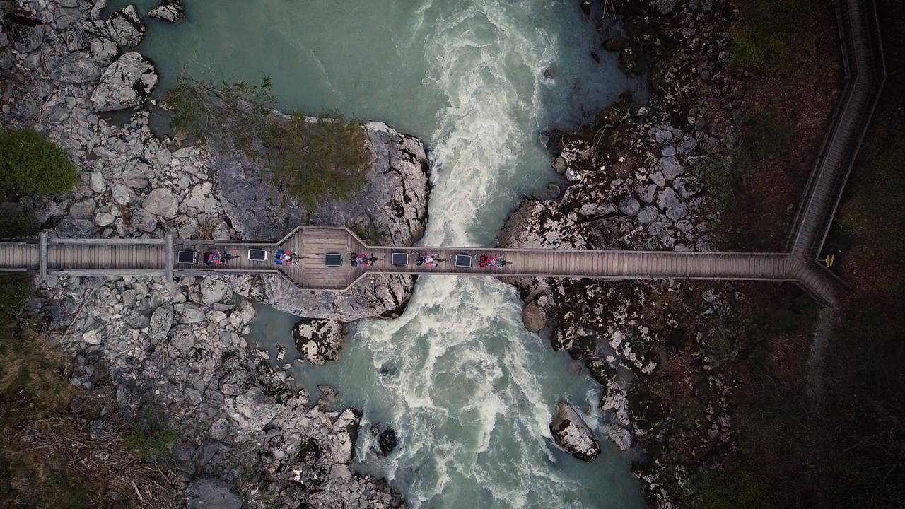 Manu Delago's Recycling Tour fährt über eine Brücke