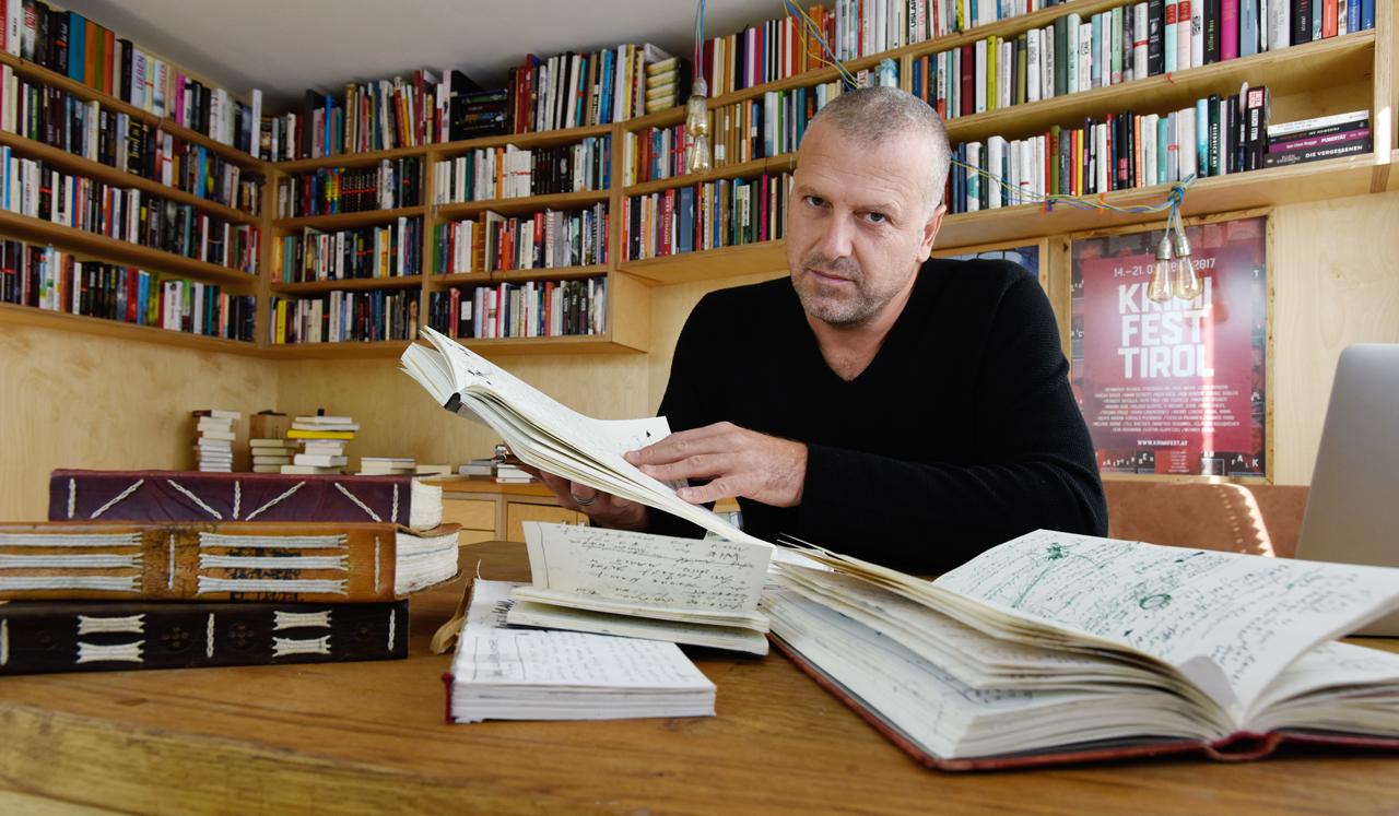 Bernhard Aichner im Arbeitszimmer