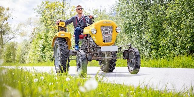 Gelber FM4 Traktor von Lindner