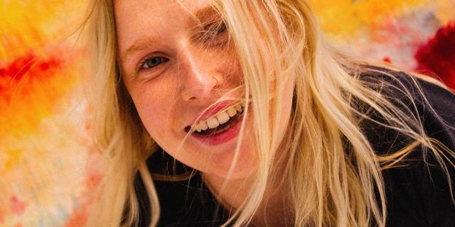 Billie Marten lacht