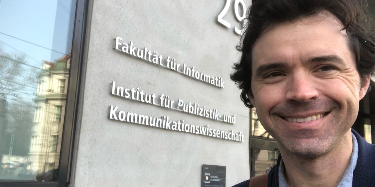Gregory Perreault vor dem Institut der Publizistik und Kommunikationswissenschaften der Uni Wien