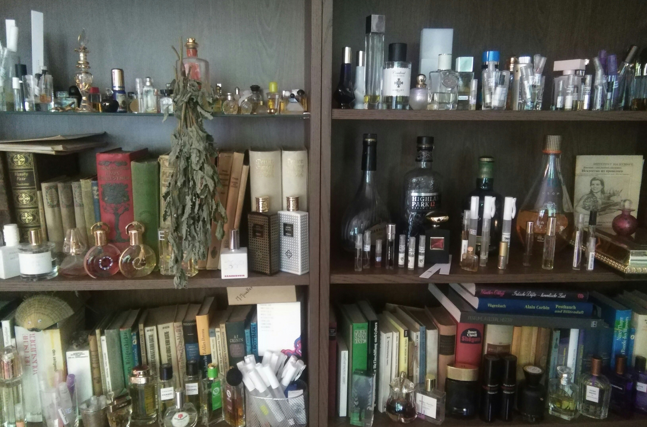 Parfumflaschen, Flacons im Regal