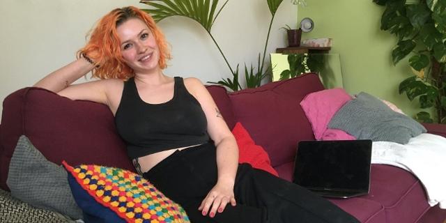 Alina sitzt auf der Couch