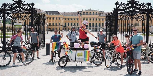 Fensterparade in Wien, Menschen, Fahrräder, Regenbogenfahnen