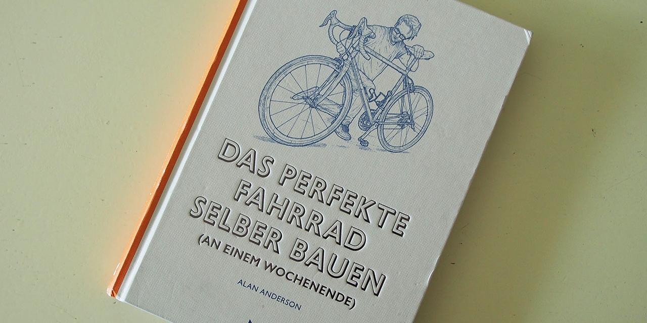 """Buchseiten aus dem Buch """"Das perfekte Fahrrad selber bauen"""" von Alan Anderson. Beschreibungen und Skizzen von Fahrradkomponenten"""