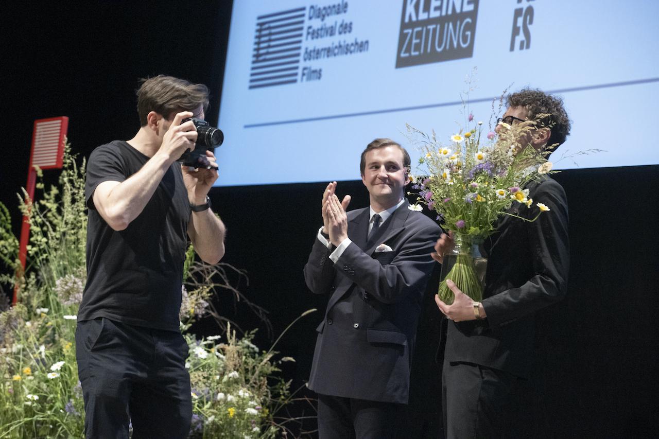 Der Preis für Ursula Strauss wurde auf Grund ihrer Abwesenheit virtuell von den Diagonale-Intendanten Peter Schernhuber (mitte) und Sebastian Höglinger an eine Kamera übergeben