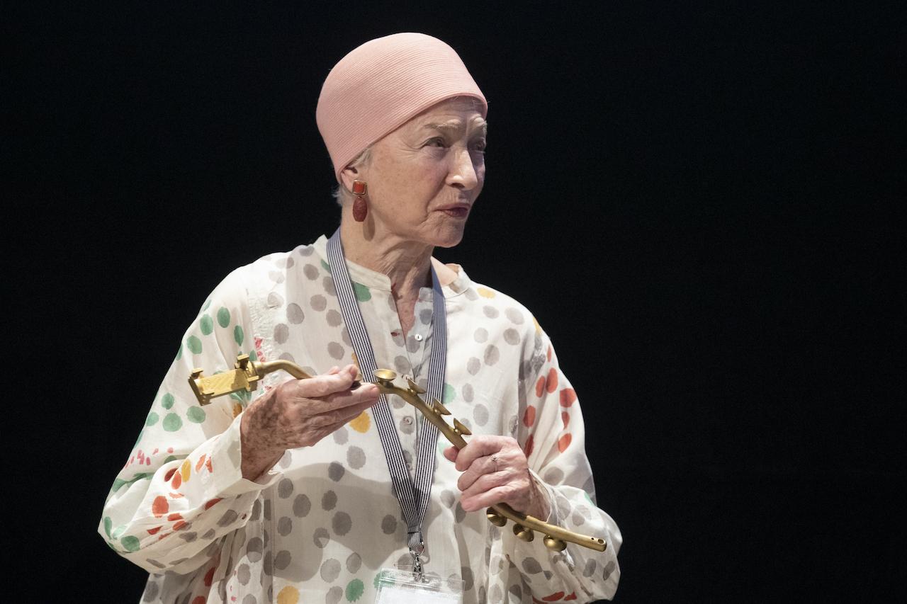 Diagonale 2021 Eröffnung: Schauspielerin und Preisträgerin Christine Ostermayer mit dem von Verena Dengler gestalteten Preis