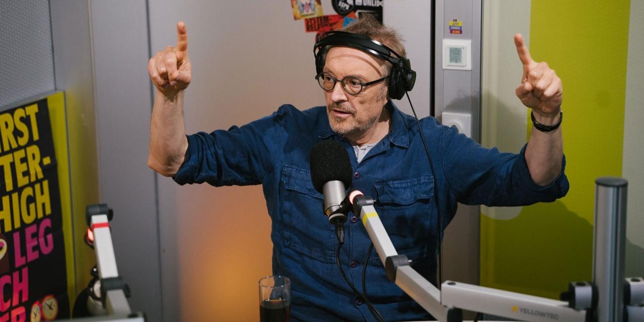 Josef Hader im FM4 Studio macht Dirigentenbewegungen