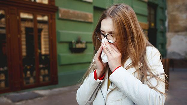 Frau niest
