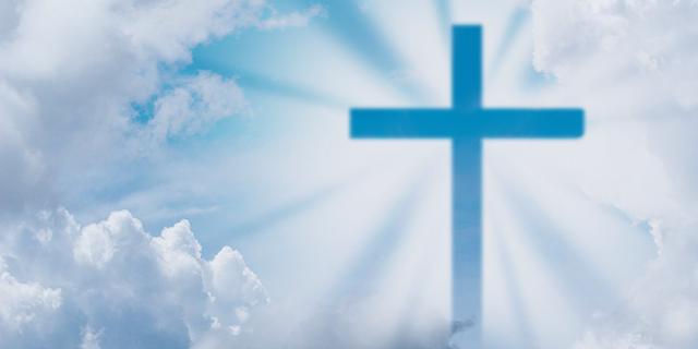 Kreuzsymbol im Himmer mit Wolken