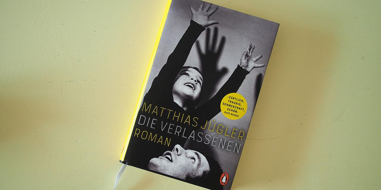 """Buch: Matthias Jügler """"Die Verlassenen"""". Auf dcem Cover wirft ein Mann einen Jungen in die Luft"""