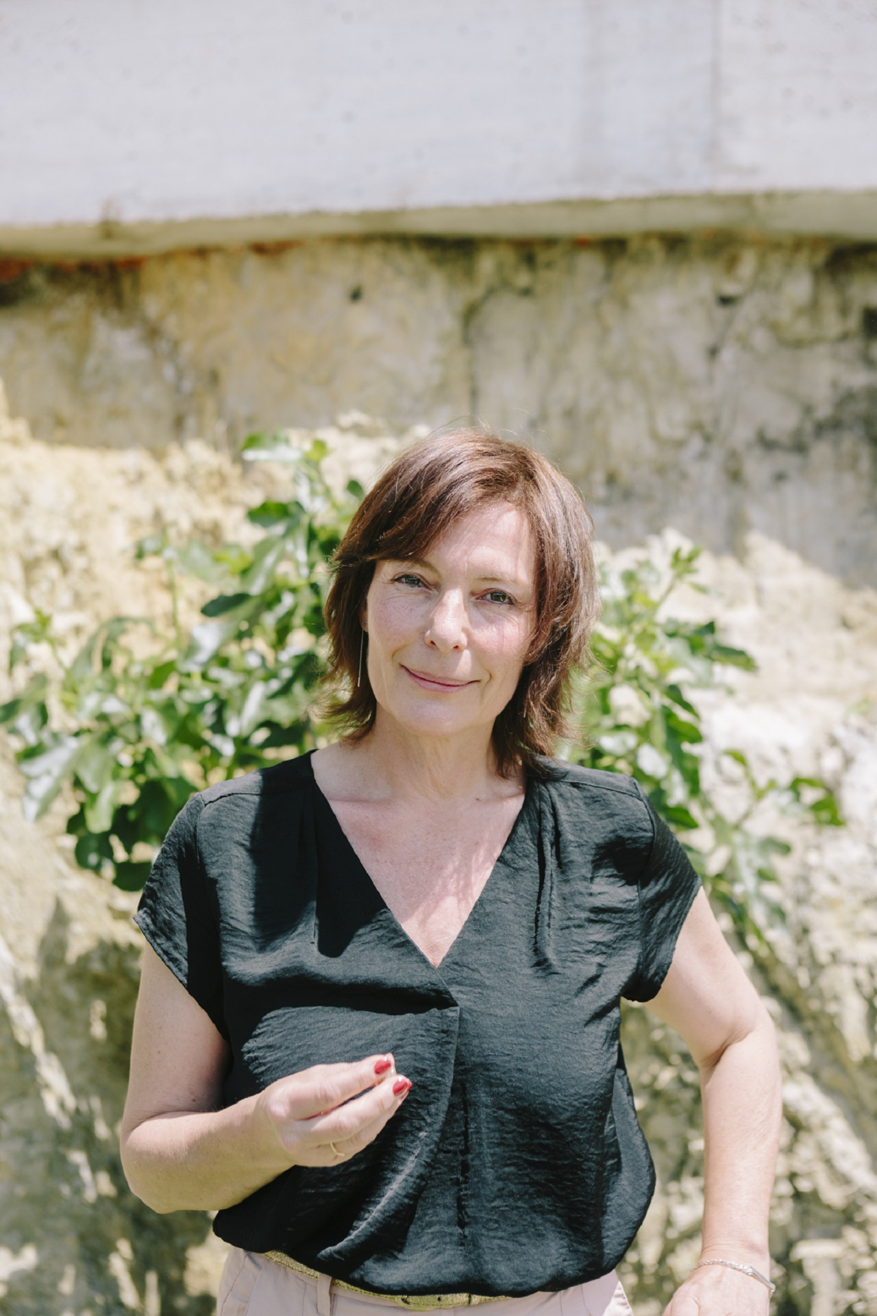 Evi Romen mit ihrer goldenen Nuss, einer kleinen Skulptur zum Hauptpreis der Diagonale.