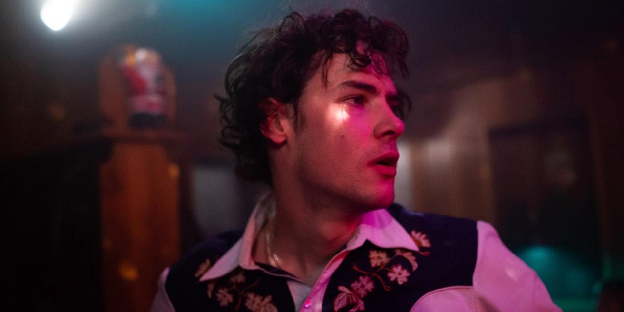 Thomas Prenn in Countryhemd in einer Bar