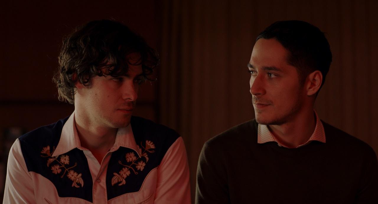 """Thomas Prenn und Noah Saavedra in ihren Rollen in """"Hochwald"""", sie schauen einander an."""