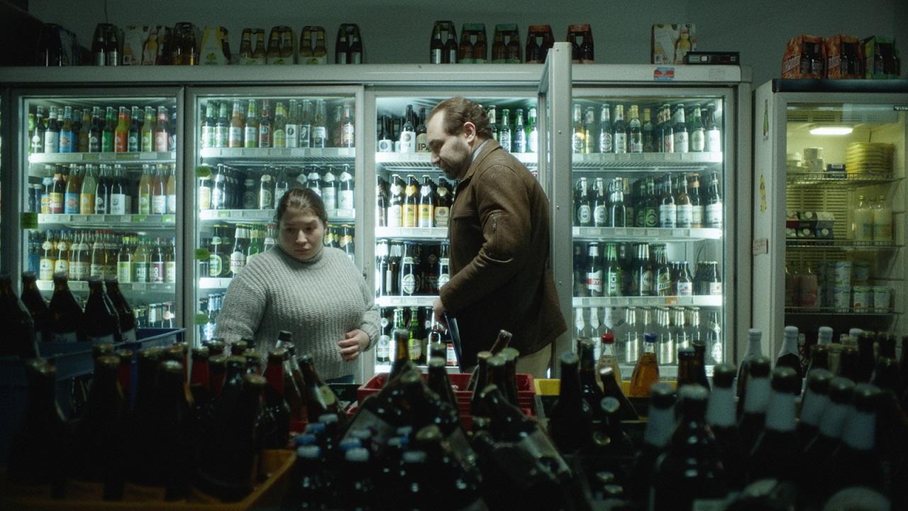 """Barbara Colceriu im Kurzspielfilm """"Liebe, Pflicht & Hoffnung"""" als Aushilfe in einem Berliner Späti."""