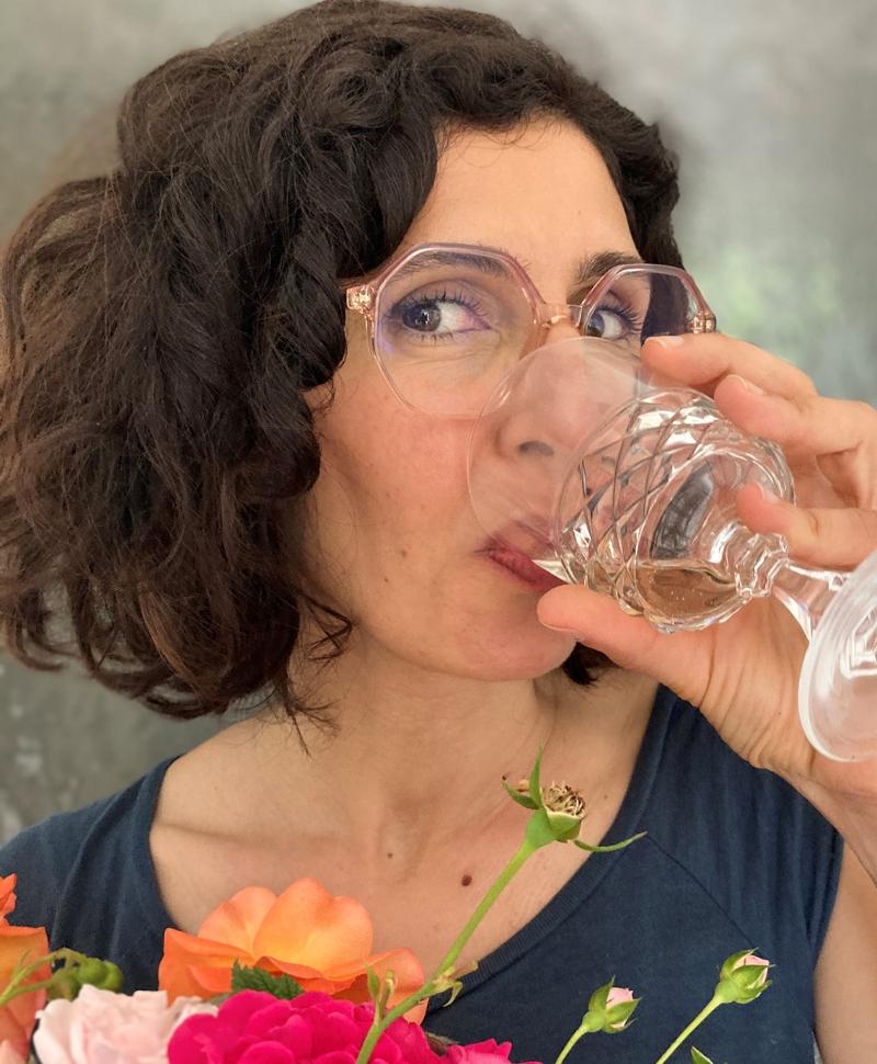 die glückliche Gewinnerin mit einem Glas Sekt