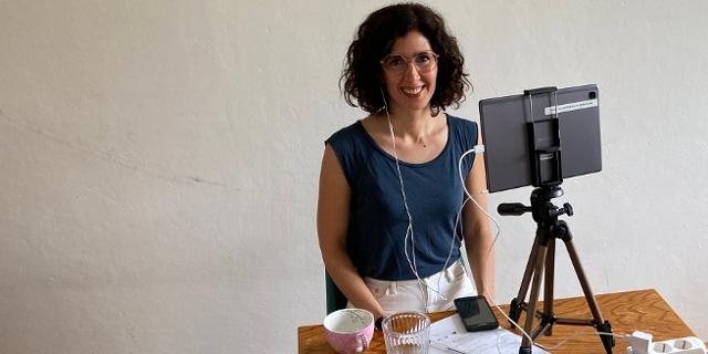 Nava Ebrahimi, wie sie erfährt, dass sie den Ingeborg-Bachmann-Preis gewonnen hat.