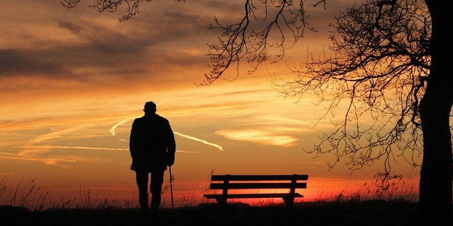 Silouette eines alten Mannes im Sonnenuntergang