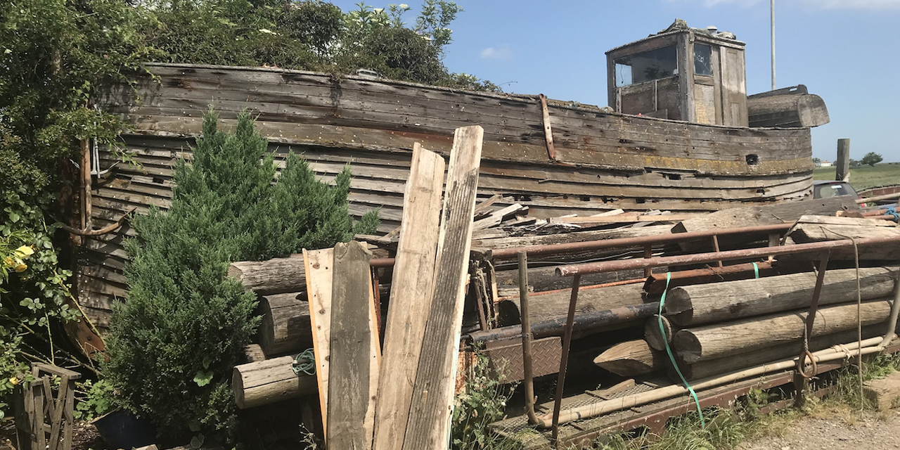 Auf Grund gelaufenes, altes Holzboot