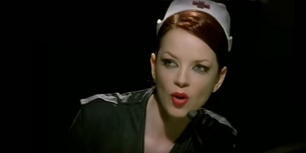 Krankenschwester singt in ein Mikrophon