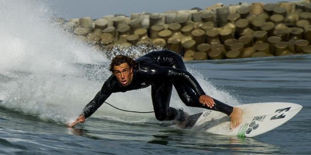 Eithan Osbourne surft