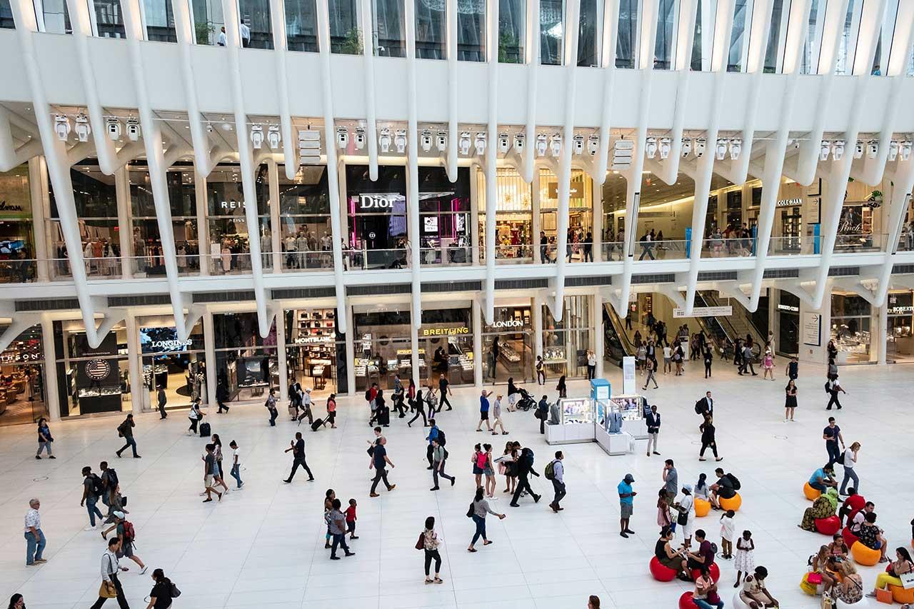 Menschen in einem Shopping Zentrum