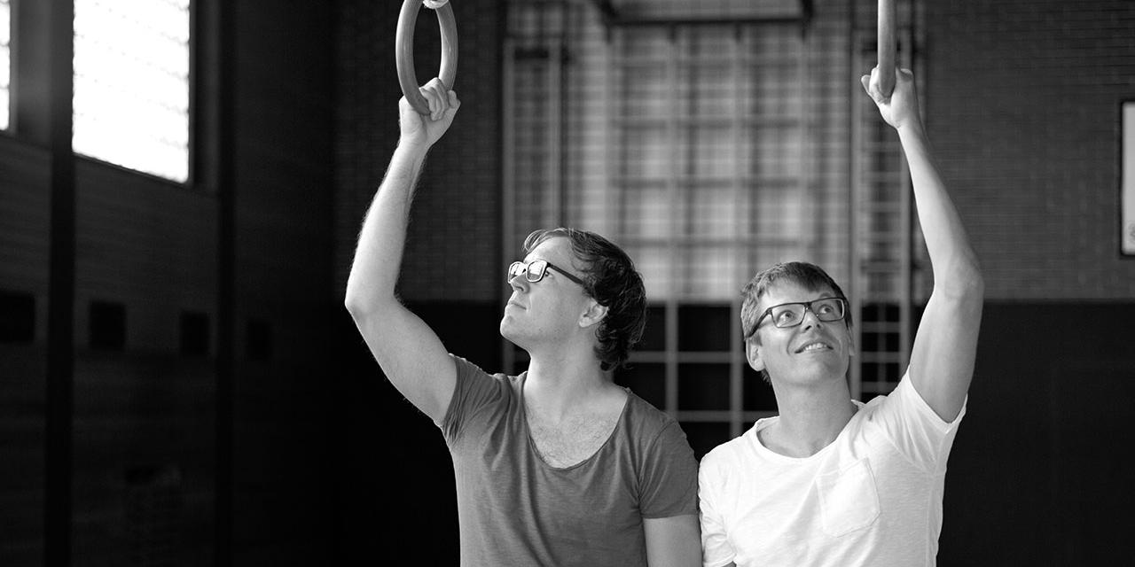 Peter Clar und Markus Köhle in einem Turnsaal