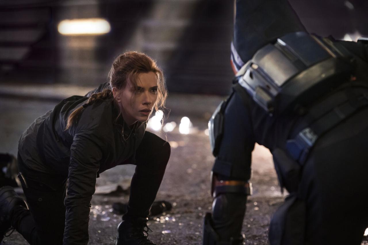 Eine Frau im Superheldinnenkostüm setzt zum Kampf an
