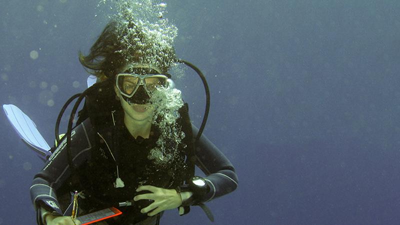 Meeresbiologin und Autorin Julia Schnetzer beim Tauchen