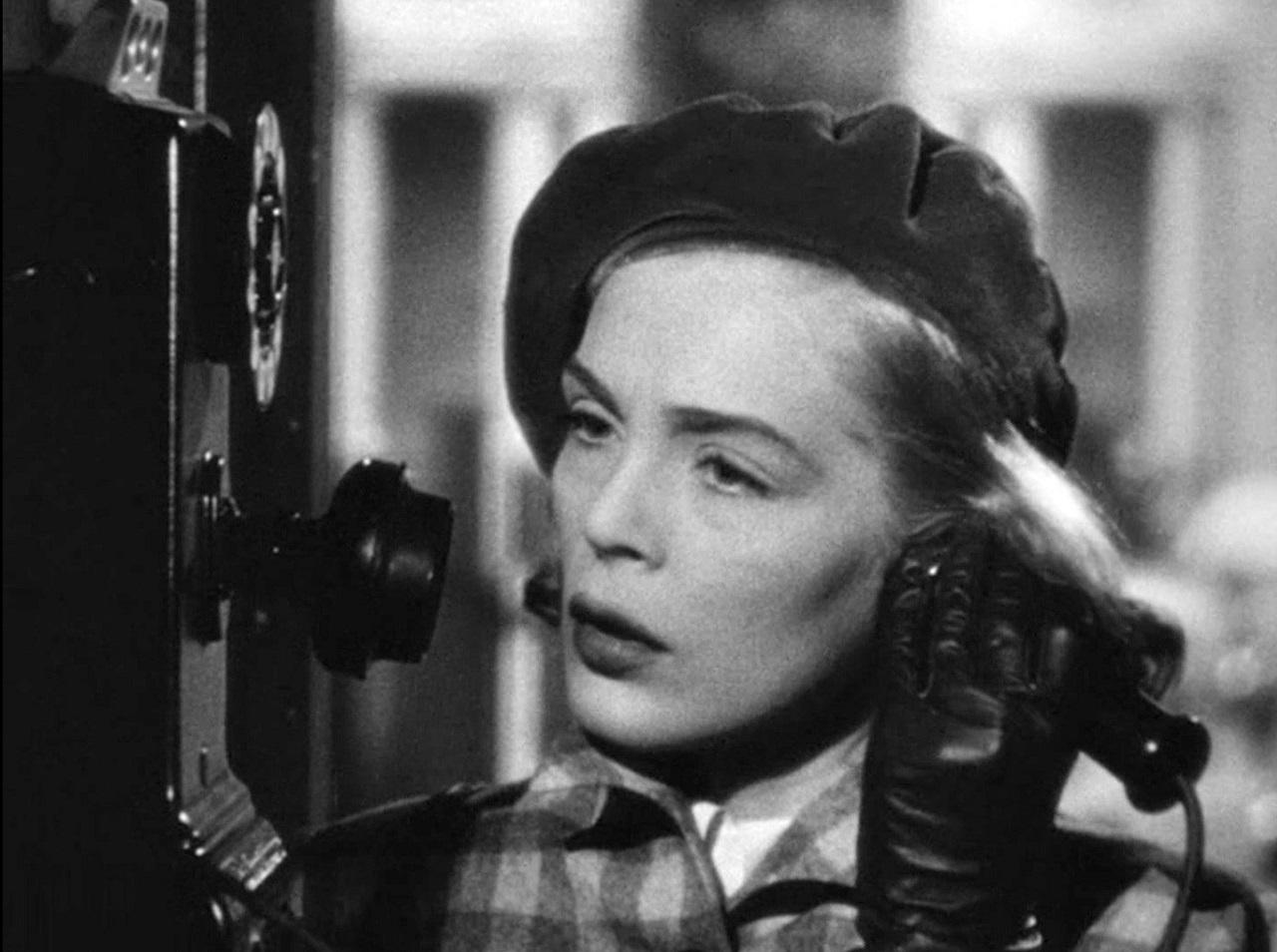 Die Schauspielerin Lizabeth Scott telefoniert in einem alten Film.
