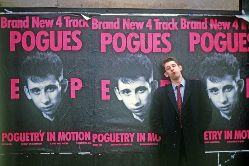 Shane MacGowan vor Pogues-Plakaten