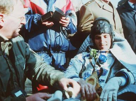 Franz Viehböck, Elektrotechniker und ehemaliger österreichischer Raumfahrer, nach der Landung am 10. Oktober 1991 in der Steppe von Kasachstan.