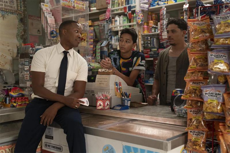 Drei Männer in einem Kiosk