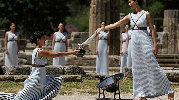 Das olympische Feuer für die Sommerspiele in Rio de Janeiro wird im griechischen Olympia von Tänzerinnen entzündet.