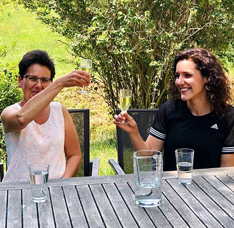 Christine Kiesenhofer und Jutta-Katharina Kiesenhofer feiern im Garten in Niederkreuzstetten Annas Erfolg