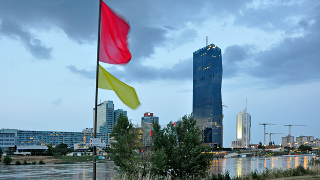 Neue Donau mit roter Fahne