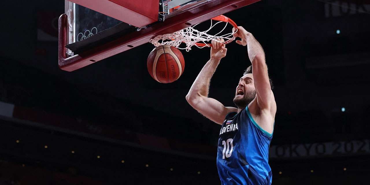 Basketballspieler Mike Tobey dunkt für Slowenien bei Olympia