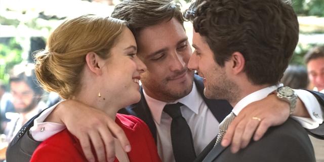 """Ein Bruder umarmt seine Schwester und deren Bräutigam, sie lächeln. Szene aus """"New Order"""" von Michel Franco."""