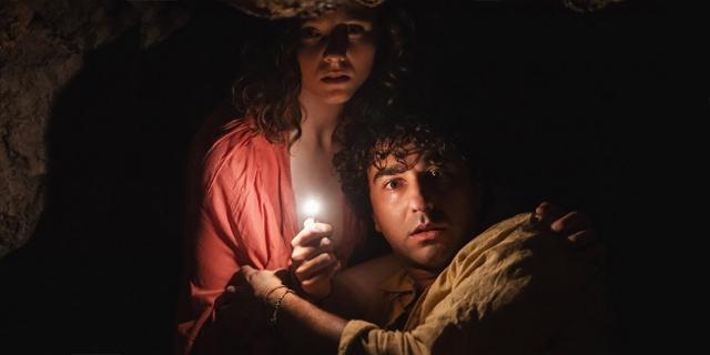 Zwei ängstliche junge Menschen in einer Höhle