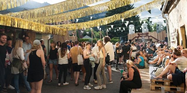 Menschen feiern im Freien bei Sonnenschein am Rostfest.