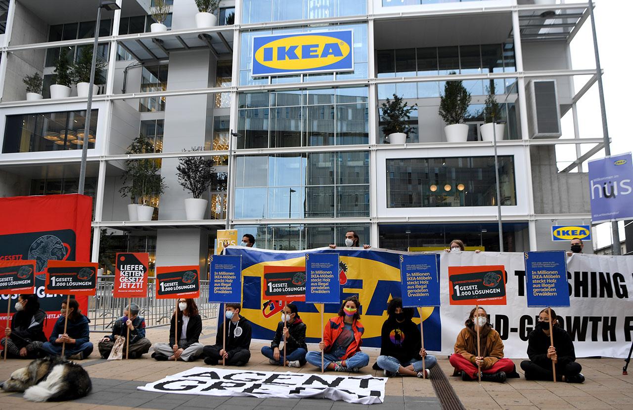 Demonstrant*innen vor dem Wiener-Innenstadt-IKEA