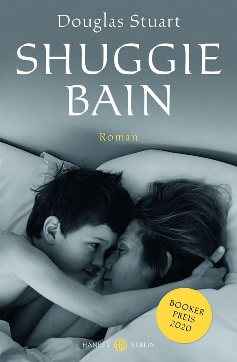 """Buchcover von Douglas Stuarts """"Shuggie Bain"""": Ein Kind kuschelt im Bett mit seiner Mutter"""