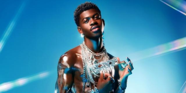 Lil Nas X auf blauem Hintergrund