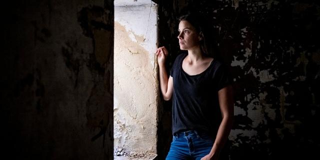 Autorin Didi Drobna in einer Ruine der alten Munitionsfabrik im Hirtenberger Wald